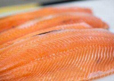 Saumon feroe découpe Mareyage Hennequin - commerçant des produits de la mer sur la côte atlantique